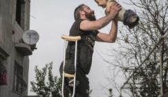 صورة أب سوري مع طفله تفوز بجائزة دولية